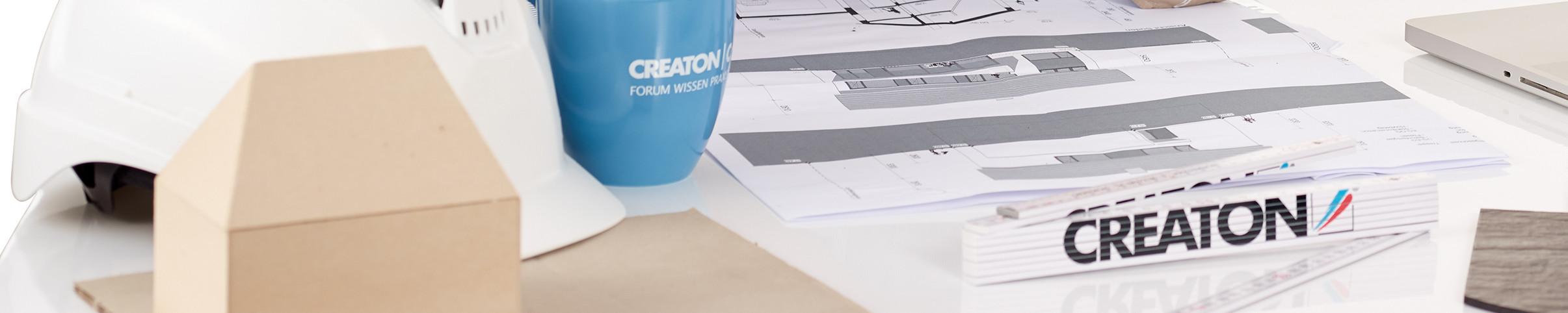 Schreibtisch mit Bauplan